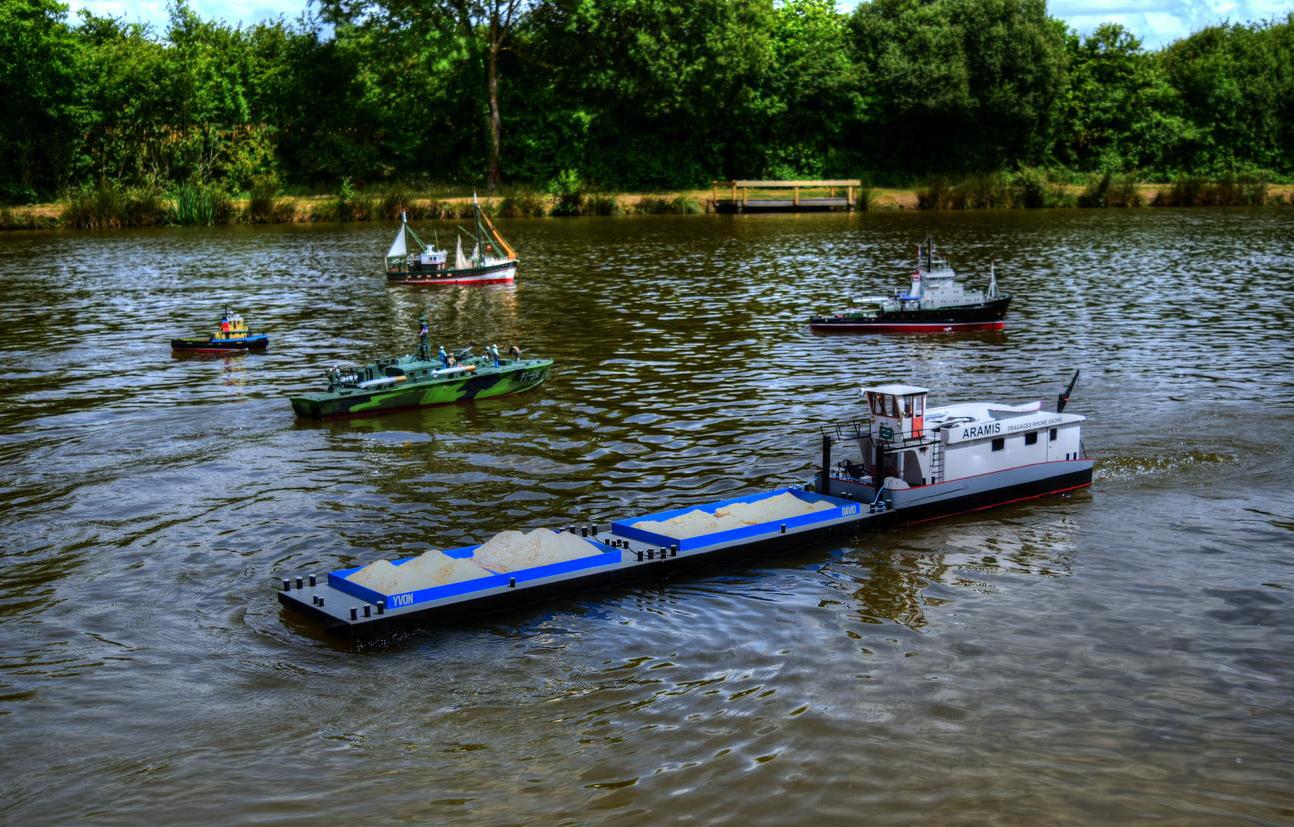 Un pousseur avec ses barges sur l'étang du Bribou en Vendée
