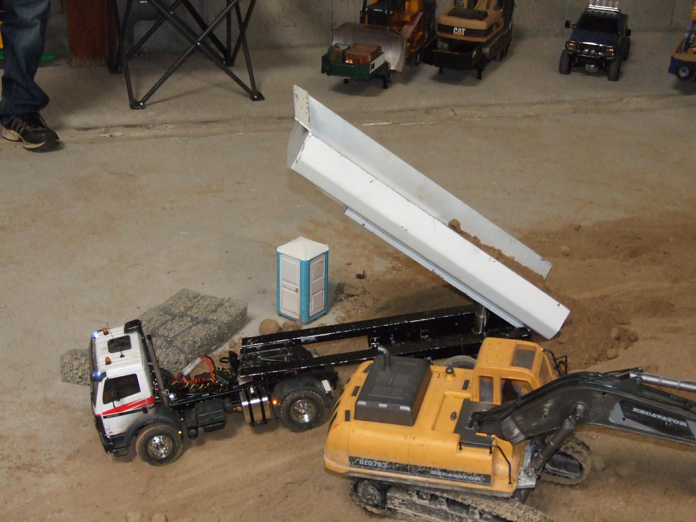 Représentation d'un camion semi remorque de chantier et une pelle, le tout radiocommandé